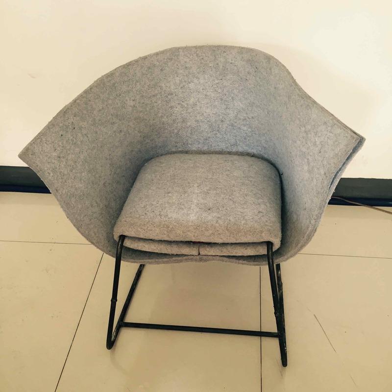 木皮压制的桌子,木头打制的椅子